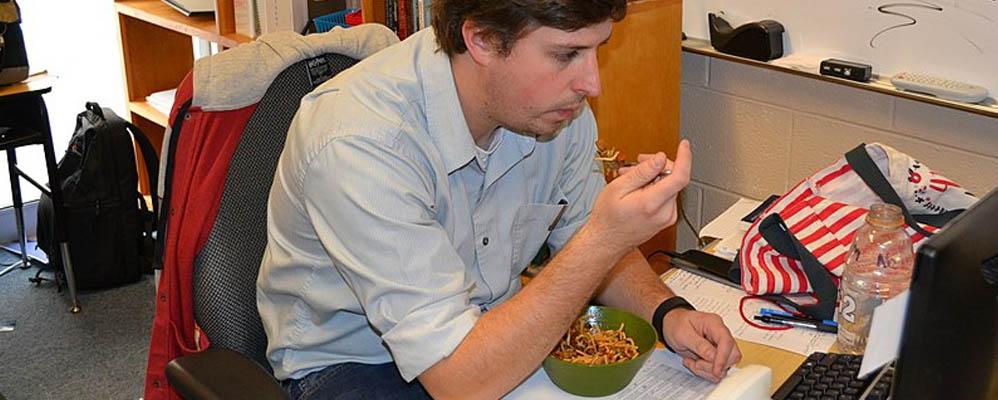 Pourquoi déjeuner sur son bureau est une idée de m****